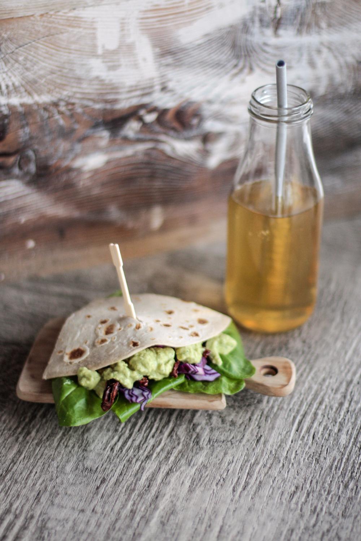 piadina con humus di spinaci e cavolo viola